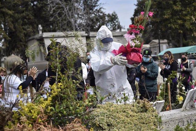 Entierro de una persona fallecida por COVID-19 en el Cementerio General de Santiago
