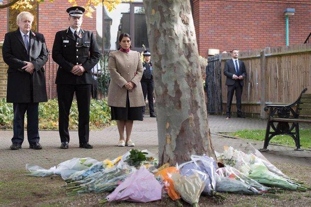 El primer ministro de Reino Unido, Boris Johnson junto con el jefe de la Policía de Essex, Ben-Julian Harrington; y la ministra de Interior, Priti Patel; durante un acto de homenaje a los 39 migrantes vietnamitas hallados muertos en un camión en Essex