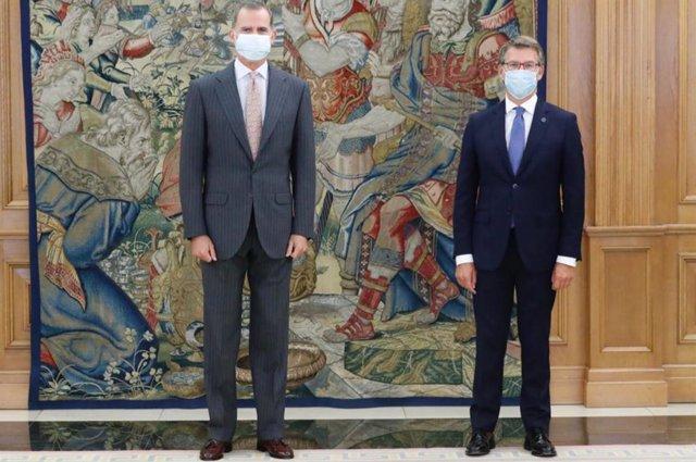 El Rey Felipe VI (i) recibe en audiencia al presidente de la Xunta de Galicia, Alberto Núñez Feijóo, con motivo de su reciente reelección. En el Palacio de la Zarzuela, Madrid, (España), a 15 de septiembre de 2020.