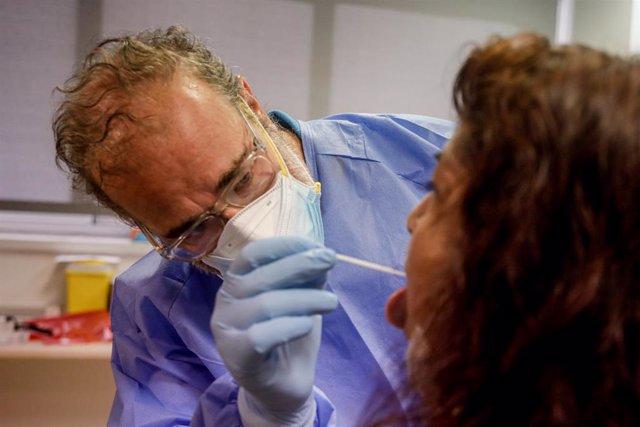 Un trabajador sanitario realiza una prueba PCR