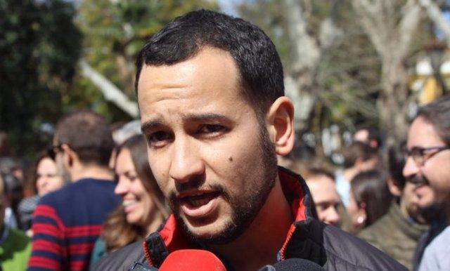 El responsable federal de Política Municipal de IU, Daniel González Rojas, atiende a los medios