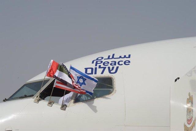 Banderes d'EUA, Israel i els Unió dels Emirats Àrabs (EAU) després de l'acord entre els governs israelià i emiratí per normalitzar les seves relacions