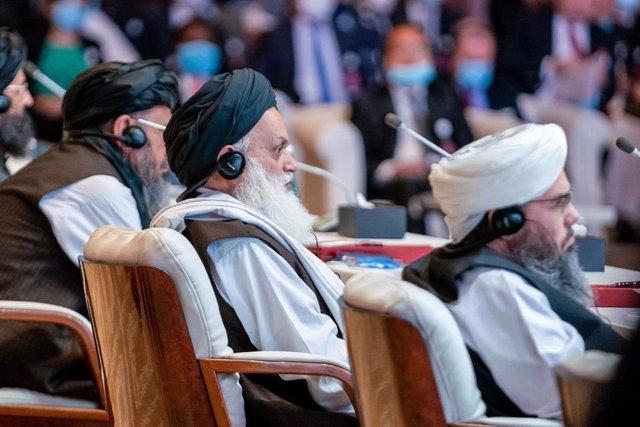 Miembros de la delegación de los talibán durante la ceremonia inaugural de las conversaciones de paz en Qatar con el Gobierno de Afganistán