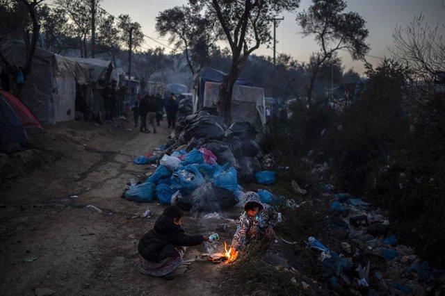 Refugiados asentados cerca del campamento de Moria, en Lesbos (Grecia)