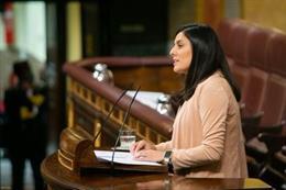 La diputada del PP Beatriz Jiménez, defiende una moción desde la tribuna del Congreso