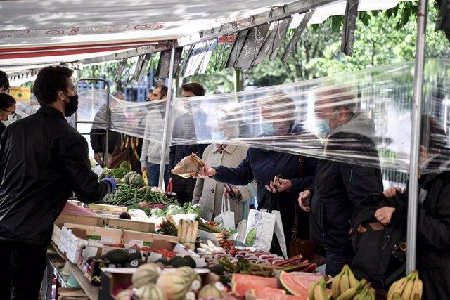 Medidas de protección e higiene en un mercado de Francia por el coronavirus.