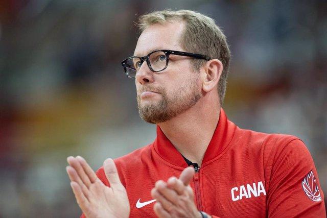 Nick Nurse dirigiendo un partido de la selección canadiense en el Mundial de China 2019
