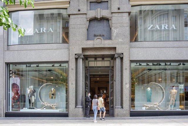 Varias persoas entran a unha tenda Zara