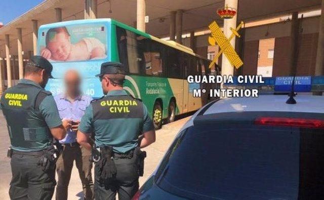 Agentes de la Guardia Civil en una estación de autobuses