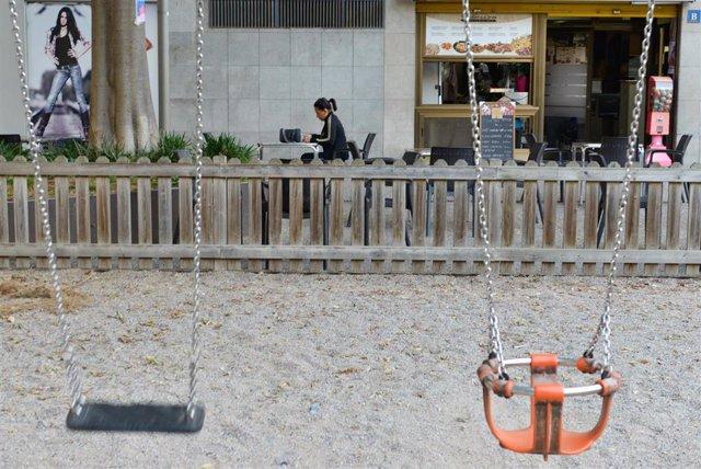 Plaza de Santa Eugènia de Girona, en el primer día con medidas restrictivas especiales en salud pública para frenar la transmisión de covid-19