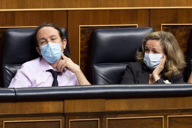 Los vicepresidentes segundo y tercero del Gobierno, Pablo Iglesias y Nadia Calviño, durante una sesión plenaria en el Congreso