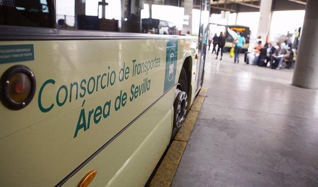 Un autobús del Consorcio de Transportes de Sevilla recogiendo pasajeros en la estación
