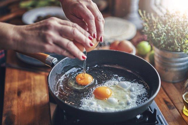 HUevo frito, comer, comida, cocinar, sarten, huevos y aceite.