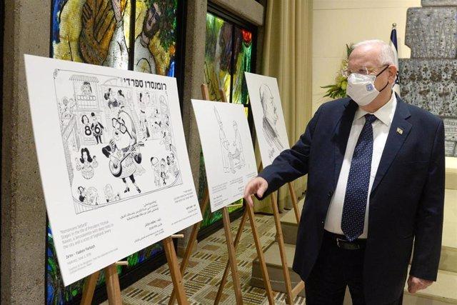 Reuven Rivlin, presidente de Israel, en una exposición de caricaturas en Jerusalén