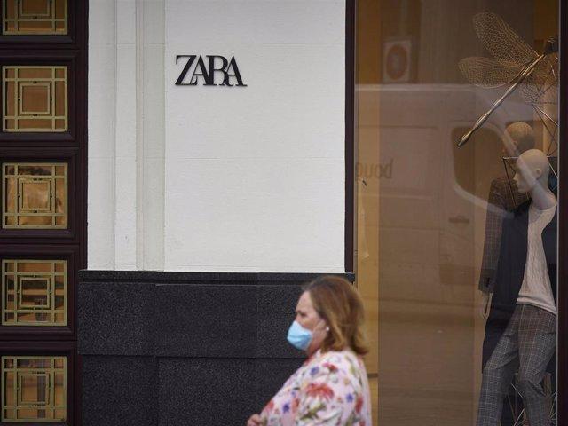 Una mujer pasa junto a una tienda Zara