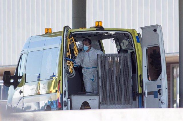 Un profesional sanitario prepara a padiola para baixar da ambulancia a un paciente con Covid-19 que foi trasladado desde o Hospital do Incio ao Hospital de Lugo.