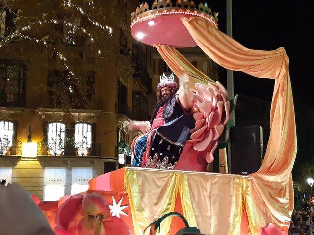 El rey Gaspar en un momento de la Cabalgata de Reyes Magos 2020 de Palma.