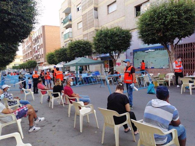 Personas esperan para participar en la campaña de test serológicos en El Ejido