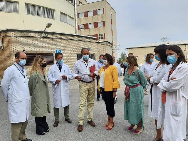 Catalina García en visita al hospital de Jerez