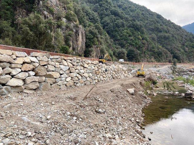 Endesa repara la carretera de la presa de Susqueda (Girona) dañada por el temporal Gloria.