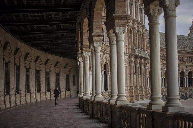 Imágenes del impacto del virus del Coronavirus en el sector turístico . Un turista pasea por las galerías de la Plaza de España en Sevilla (Andalucía, España), a 03 de marzo de 2020.