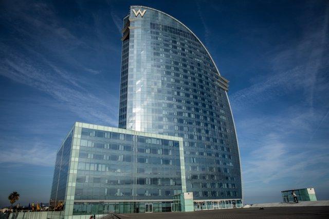 Exterior del Hotel Vela de Barcelona, ubicado en la playa de la Barceloneta.