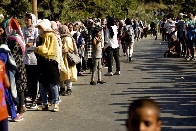 Migrantes y refugiados desplazados tras los incendios en el campo de Moria, en Lesbos