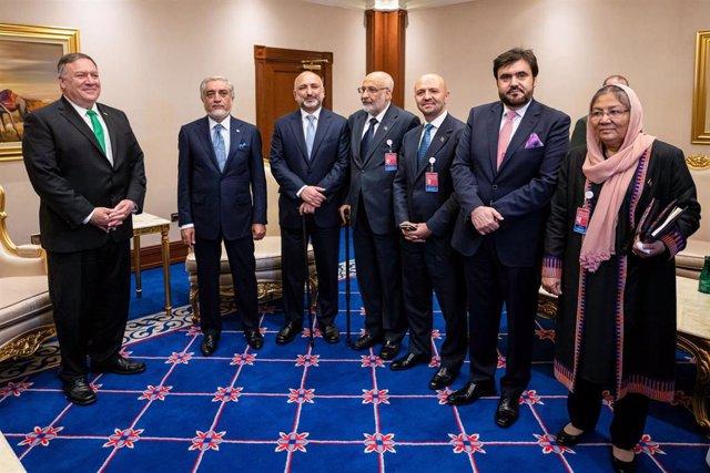 Mike Pompeo con Abdulá Abdulá y miembros del equipo negociador del Gobierno afgano, en Doha