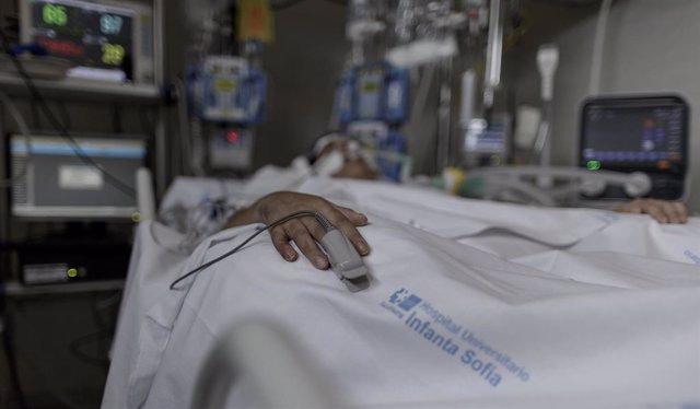 Situación de un paciente ingresado en la Unidad de Cuidados Intensivos (Archivo)