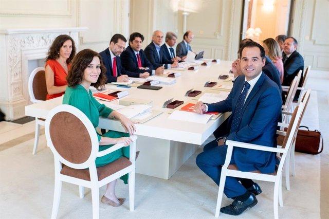 Imagen recurso de la presidenta de la Comunidad de Madrid, Isabel Díaz Ayuso, y el vicepresidente regional, Ignacio Aguado, con el resto de consejeros en el primer Consejo de Gobierno.