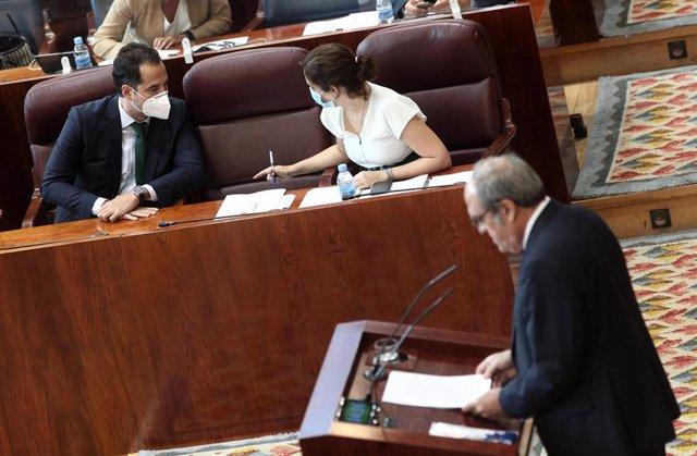 El vicepresidente y la presidenta de la Comunidad de Madrid, Ignacio Aguado e Isabel Díaz Ayuso, charlan durante la intervención del portavoz del PSOE en la Asamblea de Madrid, Ángel Gabilondo, durante la segunda jornada del Pleno del Debate del Estado de