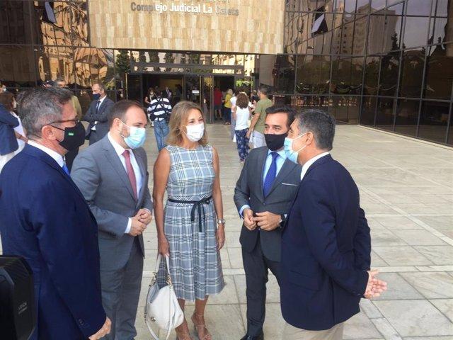 El viceconsejero de Turismo, Regeneración, Justicia y Administración Local, Manuel Alejandro Cardenete, junto al complejo judicial de La Caleta