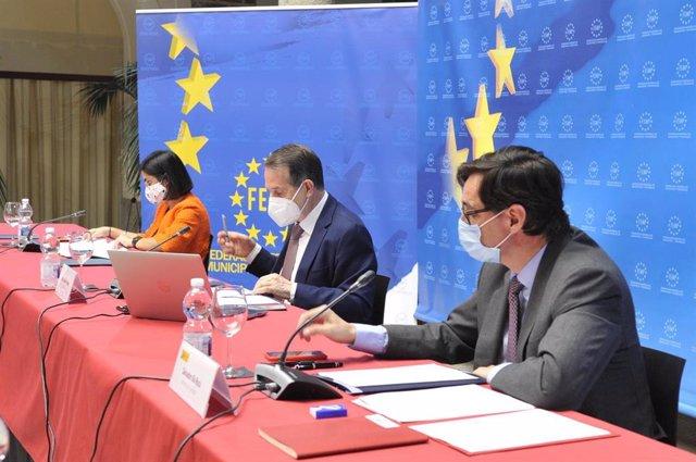 Los ministros Salvador Illa y Carolina Darias presiden una reunión de trabajo en la sede de la FEMP