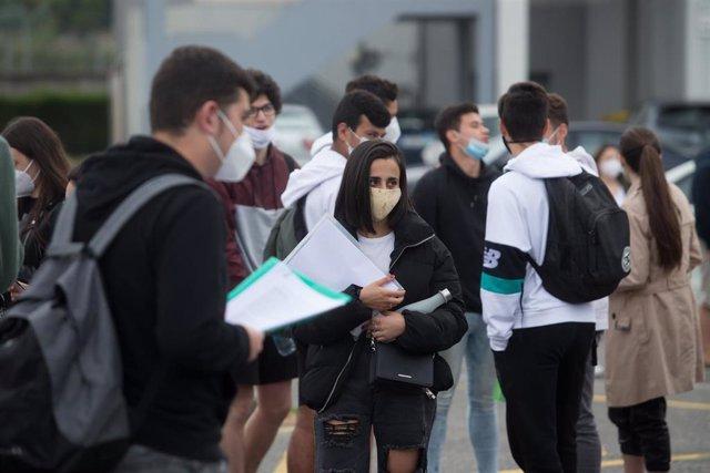 Estudantes de bacharelato minutos antes de entrar ás instalacións do IES Vilar Ponche.