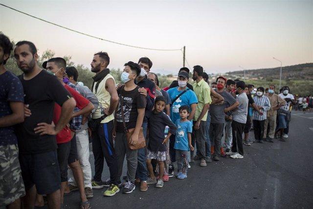 Migrantes esperan a recibir ayuda tras el incendio en el campo de Moria