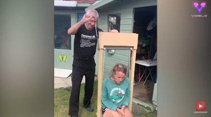 Un octogenario fabrica un ascensor para cuando su mujer se cae al suelo