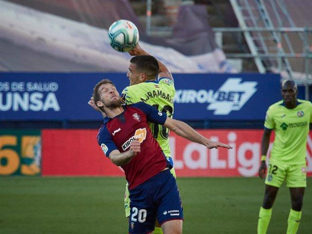 Darko Brasanac y Mauro Arambarri pelean por una pelota en un Osasuna-Getafe