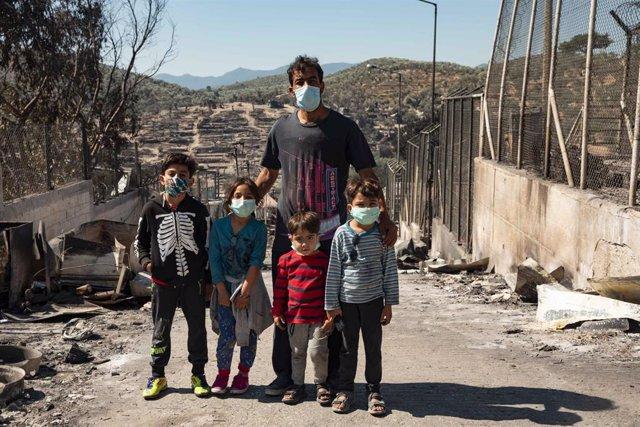Una familia de migrantes en el campo de Moria tras el incendio