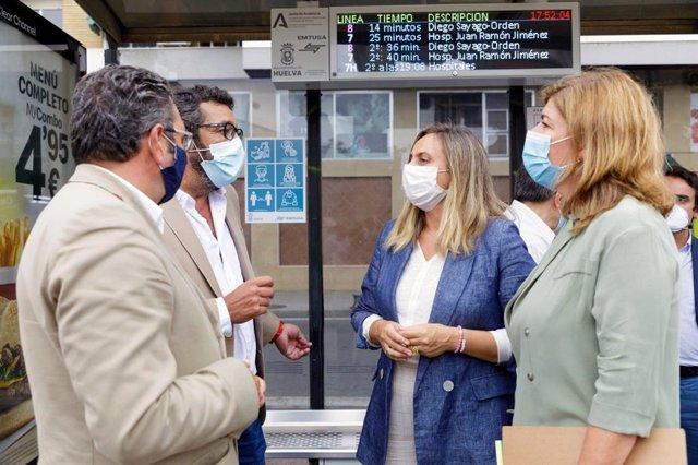 La consejera de Fomento, Marifrán Carazo, en la estación de autobuses de Huelva.