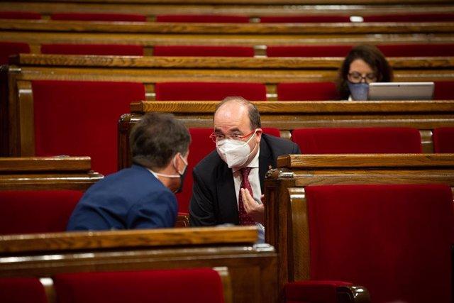 El presidente de ERC en el Parlament, Sergi Sabrià (i), mantiene una conversación con el primer secretario del PSC, Miquel Iceta, durante el Debate de Política General (DPG) en el Parlament, en Barcelona, Catalunya (España), a 16 de septiembre de 2020.