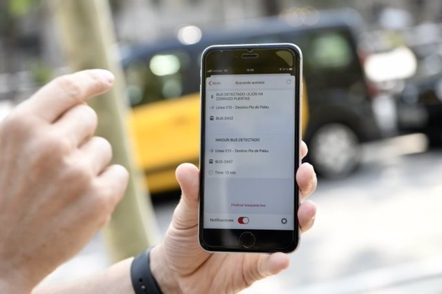 TMB implanta un asistente virtual en la TMB App que ayuda a personas con discapacidad visual a usar la red de autobuses