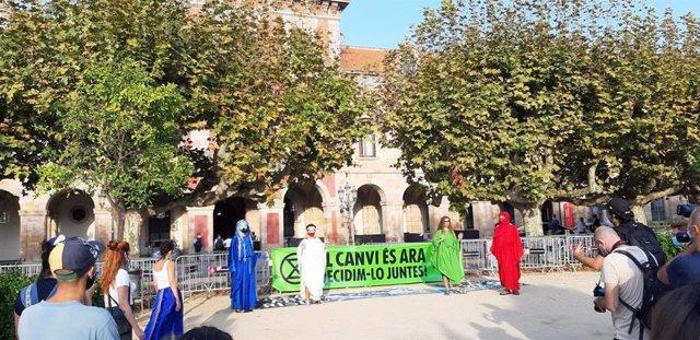 Diversos jóvenes de colectivos ecologistas se manifestan este miércoles 16 de septiembre ante el Parlament de Catalunya