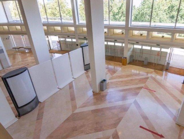 Imagen de la entrada del Auditorio regional Víctor Villegas con las barreras para aislar zonas en la entrada y la salida del público.