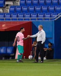 El jugador blaugrana Leo Messi y su entrenador en el FC Barcelona, Ronald Koeman, en el amistoso de pretemporada contra el Girona FC en el Estadi Johan Cruyff