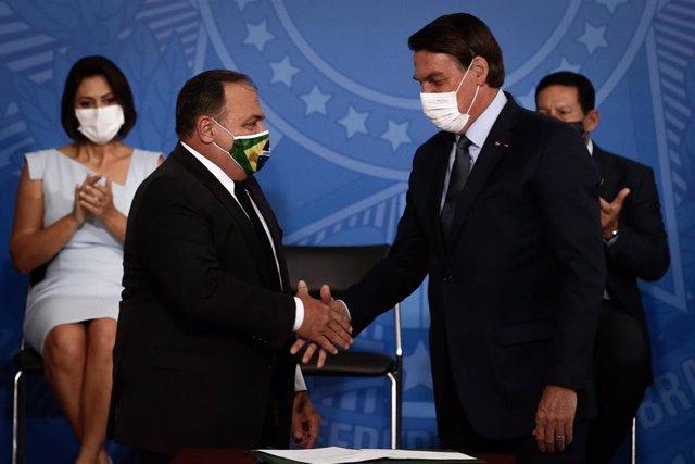 El presidente de Brasil, Jair Bolsonaro, durante la toma de posesión de su tercer ministro de Salud, el general Eduardo Pazuello.