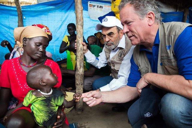 El director ejecutivo del Programa Mundial de Alimentos, David Beasley, junto a una familia en un campo de refugiados de Sudán del Sur.