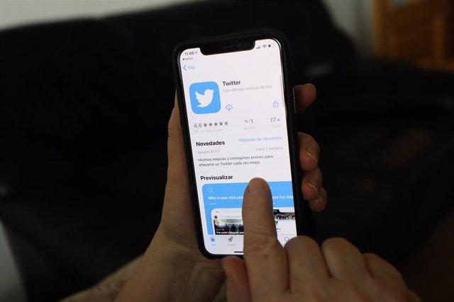 Una persona hace uso de la aplicación de la red social Twitter.