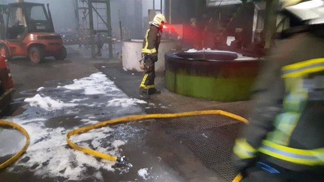 Incendio de la balsa de aceite en una fábrica de Reinosa