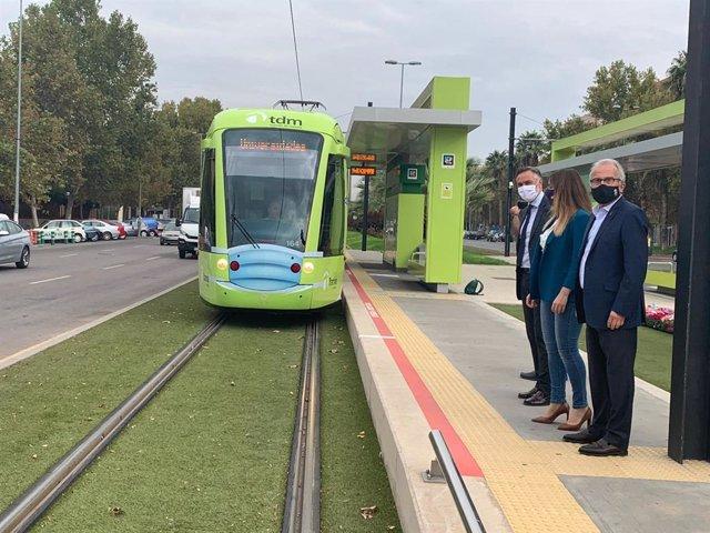 El tranvía se 'pone' la mascarilla para reivindicar que el transporte público en Murcia es seguro
