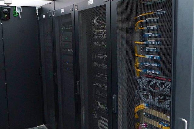 El Port de Tarragona instala una nueva red de fibra óptica para mejorar sus servicios.